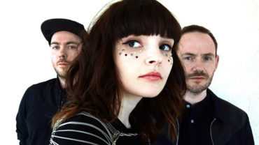 "Chvrches śpiewają ""Do I Wanna Know"" Arctic Monkeys."